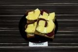 Готовое блюдо: горячие бутерброды с ананасом