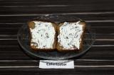 Шаг 3. Каждый ломтик хлеба намазать сыром с водорослями.