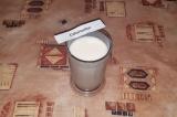 Шаг 2. Сгущенное молоко, молоко, сметану взбить до однородной консистенции.