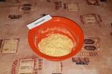 Шаг 3. Добавить крем к кукурузным палочкам и хорошо вымешать смесь.