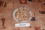 Шаг 1. Отварить курицу в подсоленной воде, вынуть остудить, разобрать на кусочки