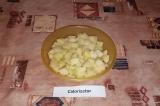 Шаг 2. Картофель нарезать кубиками.