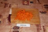 Шаг 4. Морковь нарезать кубиками.
