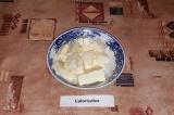 Шаг 6. Сыр порезать кубиками.