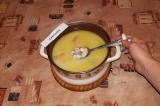Шаг 8. После того как сыр полностью растворится, добавить кусочки курицы, довест