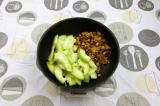 Шаг 4. Выложить в сковороду грибы и кабачки, тушить в собственном соку 15 минут.
