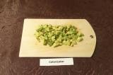 Шаг 3. Авокадо освободить от косточки, очистить, нарезать кубиками.