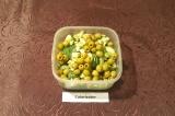 Шаг 4. В глубокую миску положить листья салата, нарезанные огурцы и авокадо