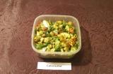 Шаг 7. Влить заправку в салат и хорошо перемешать. Перед подачей на стол салат