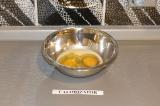 Шаг 1. Смешать яйца с молоком.