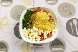 Шаг 5. В салатник выложить все ингредиенты, заправить маслом и добавить специи.