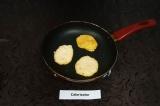 Шаг 7. Обжарить оладьи с двух сторон на раскаленной сковороде с добавлением неск