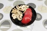 Шаг 1. Шампиньоны и помидор нарезать тонкими пластинами.
