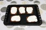 Шаг 3. На пять ломтиков хлеба намазать сметану.