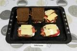 Шаг 6. Добавить по два ломтика сыра и закрыть ломтиками хлеба.