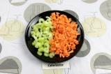 Шаг 3. Нашинковать половину сельдерея и целую морковь.