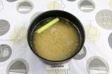 Шаг 4. Горох залить двумя литрами воды, подсолить, добавить целый стебель сельде