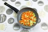 Шаг 6. Пассеровать морковь и сельдерей пару минут.