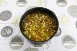 Шаг 8. Затем добавить сельдерей и морковь, томить на медленном огне 5 минут.