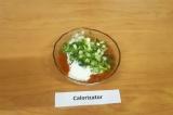 Шаг 5. Смешать йогурт, томатную пасту и нарезанную зелень.