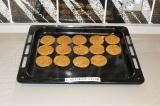 Шаг 8. Выложить печенье на противень и выпекать в разогретой духовке при 180 гра