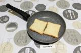 Шаг 1. Хлеб подсушить на сухой сковороде.