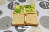 Шаг 3. Два ломтика смазать фасолевым соусом. На вторую пару выложить авокадо.