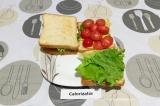 Шаг 4. Выложить черри и салат, соединить сэндвичи.