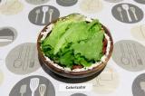 Шаг 8. Укрыть листьями салата.