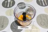 Шаг 3. В чаше блендера измельчить цедру с добавлением масла и сока лайма.