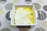Шаг 4. В форму для запекания выложить ломтики репы и картофеля, подсолить.