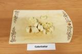 Шаг 1. Банан очистить, нарезать кольцами и убрать в морозильник на 15-20 минут.