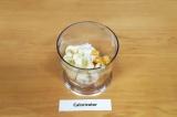 Шаг 3. Положить мандарины, банан и йогурт в чашу блендера. Пробить в течение 30