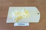 Шаг 1. Сварить яйца вкрутую, остудить и нарезать кубиками.