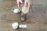 Шаг 1. Смешать в чаше блендера творог, протеин и молоко.