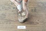 Шаг 2. Взбить творог, протеин и молоко блендером.