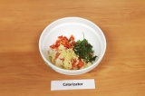 Шаг 4. В глубокую миску сложить рыбу, перец, лук, добавить измельченный чеснок