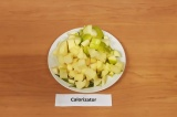 Шаг 3. Яблоки очистить и нарезать кубиками.