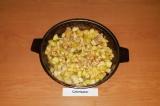 Шаг 7. К обжаренному филе добавить яблоки и потушить в течение 3-5 минут.