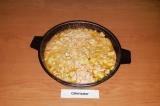 Шаг 8. Снять с плиты, залить сырно-молочной смесью и поставить в духовку на 15 м