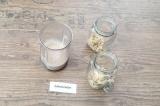 Шаг 3. Взбить протеин и молоко блендером.