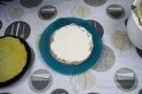 Шаг 3. Выложить блинчики на тарелку один на другой, промазывая слоем творожного