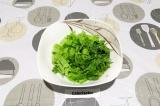 Шаг 1. Салат и рукколу промыть, порвать в салатник крупно.