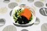 Шаг 4. К салатной зелени добавить огурец, оливки и морковку, заправить зерненой