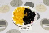 Шаг 4. Перец очистить от семян, нарезать крупными кубиками, а маслины разрезать