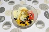 Шаг 6. Смешать все ингредиенты в салатнике и заправить.