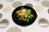 Готовое блюдо: салат с рукколой и пармезаном