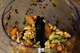 Шаг 2. Добавить к смеси сухофруктов орехи и измельчить еще раз.