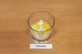 Шаг 3. В чаше блендера взбить яйца, творог и кефир.