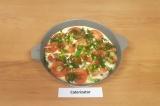 Шаг 7. Сверху выложить помидоры и посыпать половиной нарубленной зелени.